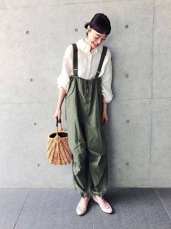 メンズライクな印象になりがちなカーキは、甘めのトップスや小物を合わせて女性らしく着こなすと垢抜けコーデに。存在感のあるオーバーパンツには、ふんわりとしたブラウスとバレエシューズを合わせるとやわらなか雰囲気で着こなせます。秋が深まってからは、タートルやベレー帽などを合わせても素敵です。