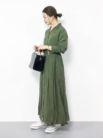 ストンと着るだけでコーデが決まるシャツワンピース。落ち感のあるレーヨン素材で、歩くたびに揺れるドレープが女性らしさを醸しだします。カーキも素材次第でこんなに柔らかい雰囲気に仕上がります。