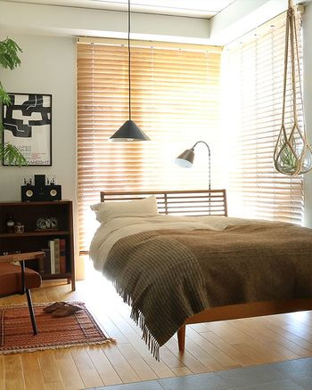 秋でイメージする色はやはりブラウン。ベッドがいつも綿のカバーリングのままでも、上掛けとして大判のブランケットを一枚使うとそれだけで、ぐっと秋らしくなります。
