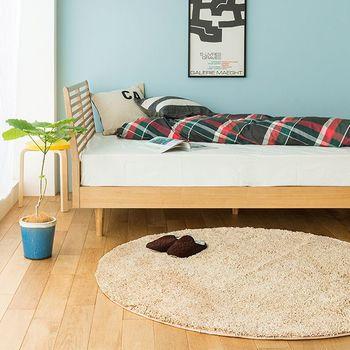長い毛足が見るからに暖かそうなラウンド型のラグ。寝る前にここに座ってくつろぐスペースにしても良さそうです。