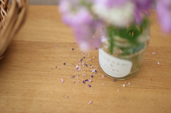 花を、いつも身近に楽しんでいるというこちらのブロガーさんは、たとえ花が散ってしまっても、そのシーンさえも大好きな一場面なんだそうです。なんだか、心をほっとと和ませてくれる素敵な暮らしですね…。
