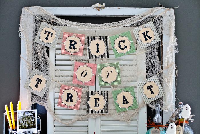 パーティーの飾りつけの定番ガーランドは、ネットにある無料素材を印刷して切り取って、紐で繋げれば簡単に作ることができますよ♪ガーランドの後ろに破いた布やネットを張るとハロウィンらしさがアップしますね。