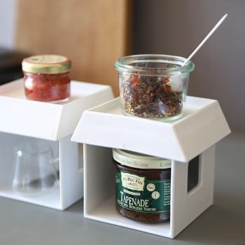 家のような形をしたシンプルなスタンドは、調味料を置苦などの収納スペースにぴったりなアイテム。でも実は、このスタンドの実力はそれだけではないんです!