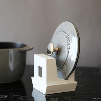 逆さまにすれば、溝に鍋の蓋を立てかけておくことも可能。ちょっとした鍋蓋置きとして、料理中に届きやすいところに置いてあると便利ですね。