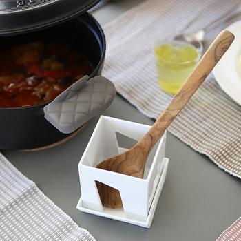 置く向きを変えれば、料理に使用中のターナーやお玉を一時置きすることも可能。使い方はアイディア次第でどんどん広がる、とっても素敵なマルチスタンドなんです。