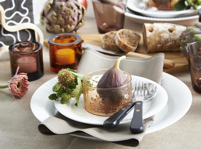 生成りカラーはテーブルを様々な表情に変えてくれるキャンバスのよう。白いお皿はもちろんのこと、木製のカッティングボードとの相性も抜群で、食事を美味しく見せてくれながらも優しく落ち着いた感じを演出してくれます。