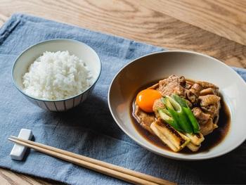 豊かな甘みのあるお米である『金色の風』。特徴であるふわっとした食感を最大限引き出すために、水を吸わせる行程を長めにとっているのが「W おどり炊き」プログラムのポイントだとか。 このお米には、甘みが負けない、しっかりとした味付けの煮物がぴったりです。おすすめは「鶏肉と車麩のすき煮」。やわらかい鶏肉と太いねぎ、煮汁がよくしみ込んだ車麩が炊きたてのご飯によく合います。