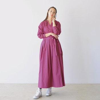 渋みを帯びたベイクドカラーは、大人女子におすすめの色味。カシュクールワンピースを選べば、サラッと着るだけで雰囲気あるコーデが完成します。共布のリボンでウエストマークをしてあげると、メリハリが出てスタイルアップ効果も期待できます。