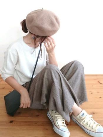 シンプルな白のカットソーにグレーのワイドパンツとコンバースという定番アイテム同士のコーデも、ベレー帽をプラスすると新鮮に! ボトムス等、他のアイテムとトーンを合わせるとベレー帽だけ浮いてしまう、ということがありませんよ。