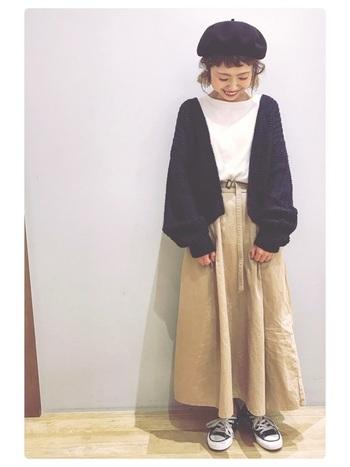 コロン、とした丸い形がキュートなベレー帽。カジュアルなチノスカートやコンバースにほどよいガーリーさが加わりますね。