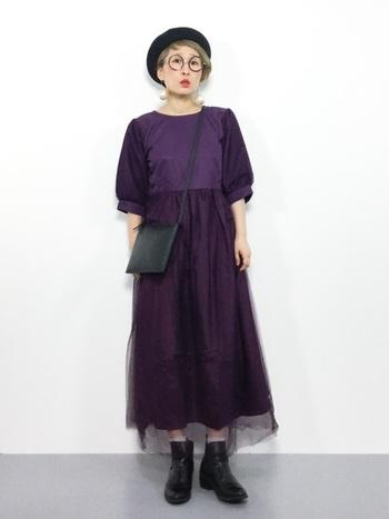 スカート部分にレイヤードしたチュールがちょっぴりミステリアスな紫色のロングワンピース。個性的な丸眼鏡を掛ければ、気分は魔女。小物は黒で統一して、大人っぽくシックに仕上げましょう。
