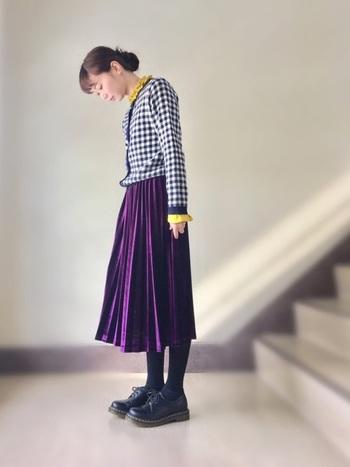 紫のプリーツスカートがミステリアスな雰囲気を醸し出す大人ガーリーなコーディネートです。ギンガムチェックのカーディガンの下に着た黄色のトップスをチラ見せして、ちょっぴり差し色で遊び心を効かせて♪