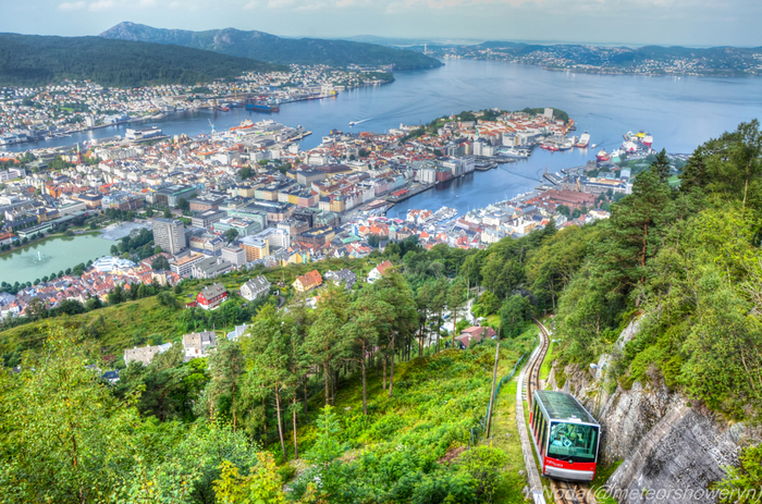 首都オスロから飛行機で北に1時間弱のところにある小さな街、ベルゲンはノルウェー第2の都市です。そのベルゲン港に面した三角屋根の木造家屋が立ち並ぶブリッゲン地区は、漁業、造船などの港湾業を基盤とした街ですが、雄大な自然を楽しむフィヨルド観光の拠点として世界中から観光客が集まってきます。