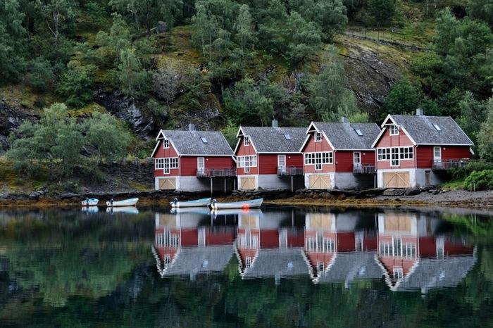 ノルウェーは他のヨーロッパの大都市と違い、まだまだ観光地としてはメジャーではない国ではありますが、手つかずの美しい自然が残っている場所。オスロではグルメにお買い物にアート鑑賞、ベルゲンでは雄大な自然をたっぷりと楽しむ!なんて、欲ばりな旅行が叶うのが魅力的ですよね。