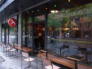 """鳥のマークで有名なコーヒーショップ、""""フーレン(フグレン)""""。コーヒーショップとしてはもちろん、夜はバーとしても営業しているオスロでも人気のスポット。NYタイムズ紙のコラムニストが「世界で最高、飛行機に乗ってまで試しに行く価値あり」と絶賛した世界的にも有名なコーヒーショップですが、何と日本の東京、渋谷にもお店があります。オスロまではちょっと遠いですが渋谷でも楽しめるのは嬉しいですね。"""