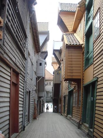 木造建築ならではの温かみや歴史が感じられるカラフルな街並みはどこを写真に切りとっても絵になります。