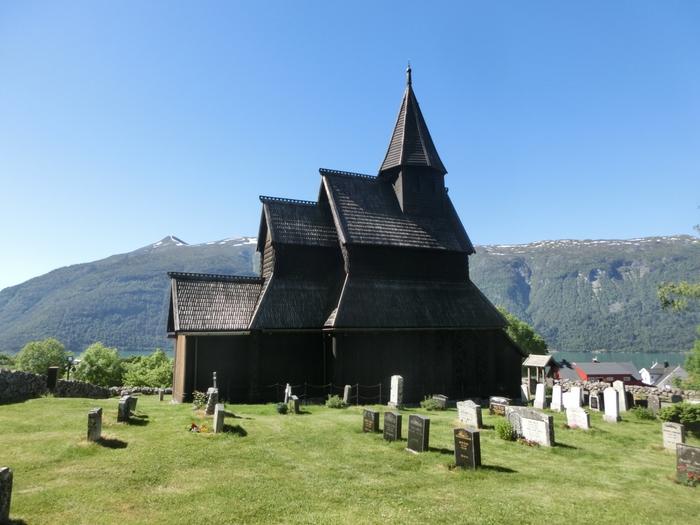 ノルウェー最古の木造建築として世界遺産にも登録されているウルネスの木造教会。崖の上に聳え立つ教会は背景にフィヨルドの絶景が広がり、この景色を写真に収めようと不便な場所にも関わらず人気の観光スポットのひとつとなっています。