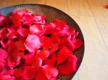 秋のバラは香りも豊かで、一輪をじっくりと堪能するのに向いているといわれています。ガラスの花瓶に飾ってしばらく楽しんだら、花びらだけにして、平らなプレートに飾ってみるのも素敵。落ち着きのある色味の心惹かれるインテリアになりますよ。