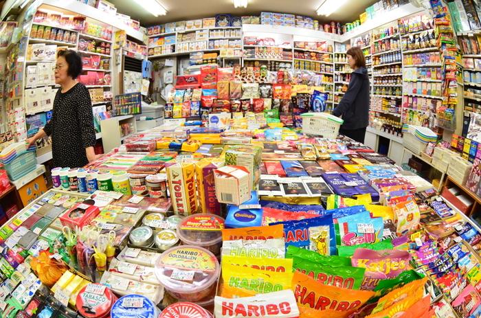 「芳屋」は、世界中から仕入れた1,000種類以上の輸入菓子の他、輸入食品、紅茶、ジャムなどを取り扱っています。ポップ&カラフルなパッケージがいかにも海外という感じで、ちょっとしたお土産にもよさそうですね。