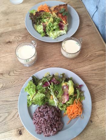 無農薬野菜を使っていて、栄養士さんがバランスを考えて作られるYWEランチとキッシュランチは、サラダ+スープ付きで、人気のランチです。
