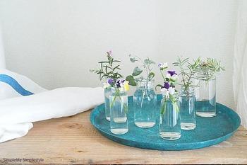 おうちに咲く花、道ばたや公園で見つけた野の花を空き瓶に… 空き瓶の大きさがバラバラだと、リズム感が生まれて、なんだか楽しい雰囲気に!