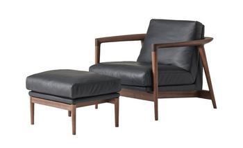 レザーのソファはファブリックにない質感と雰囲気が魅力ですよね。使うほどに味わいが出てくるところも、長い月日をともに過ごしたくなる理由のひとつ。適度な柔らかさでふっくらとした座面と背もたれは座り心地がよく、ゆったりと寛げます。