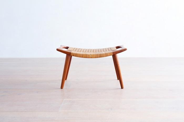 ✻ハンス.J.ウェグナー/JH539 スツール ウェグナーが絶対的な信頼を寄せ続けた名工房「ヨハネスハンセン社」に製作を依頼したスツールは、もはや芸術作品。ラタンの座面は繊細に作り込まれているうえ、持ち手のなめらかで美しいこと……!職人の高い技術とウェグナーの造形美に対する研ぎ澄まされた感覚が、いかんなく発揮されている一脚です。