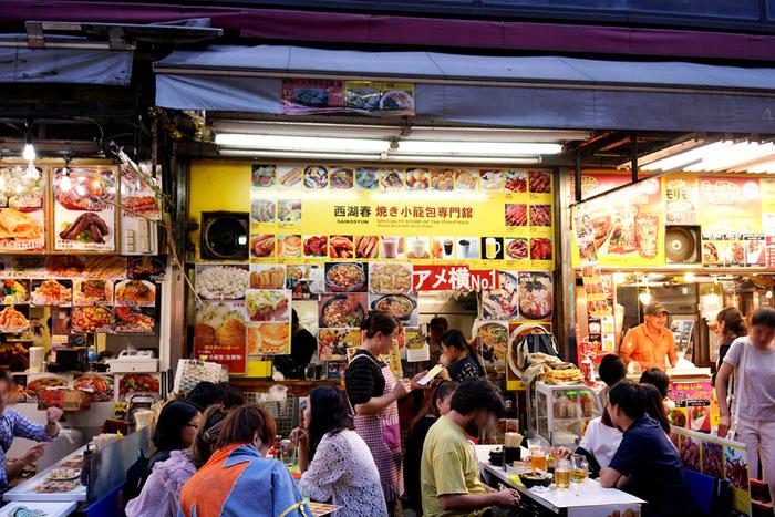 お店の外に所せましと置かれたテーブル…活気のある雰囲気はアジアの屋台のようなこちらは、「西湖春上海小龍包(サイコシュン シャンハイショウロンポウ)」。