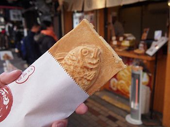 神田に本店を構える「たいやき 神田達磨」がアメ横にも登場。名物の「羽根付きたい焼き」は、羽根の部分はおせんべいようにパリパリ、あんこが入っている部分はもっちりと、2つの皮の食感を楽しめます。食べ歩きしやすいように紙の袋に入れてあるのもうれしい気遣いですね。