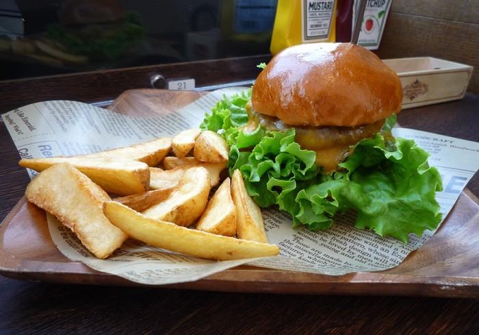 ランチの人気はハンバーガー。こちらは、ビーフ100%の分厚いパテにとろーりチーズが溶けた「プレミアムチーズバーガー」です。パテの焼き方もリクエストできるので、お好みの焼き加減でいただけます。ポテトもパテもアツアツで、できたてを食べられるのがうれしいですね。