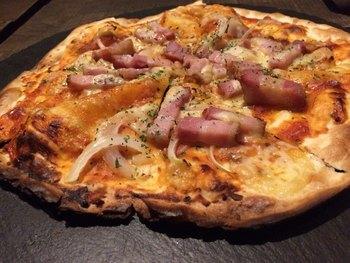 お酒もお食事も両方楽しみたい!という方は、ピザなどのグリル料理もおすすめです。薄い生地の大判ピザは、パリパリで香ばしく、ワインにもカクテルにもビールにも合いますよ。