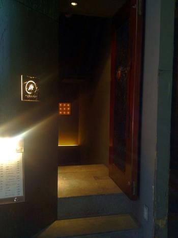 アメ横の路地裏にひっそりとたたずむ「Japanese Bar SAMURAI 侍」。アメ横のにぎやかな雰囲気とはがらっと違う、大人の時間を過ごしたい時におすすめです。