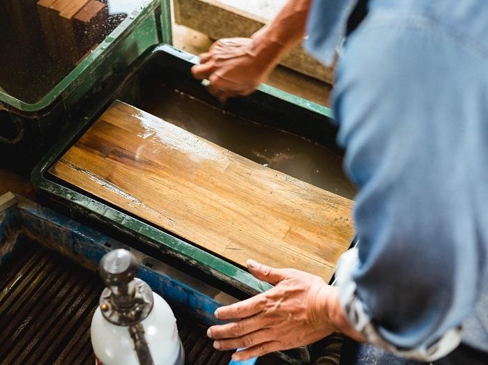 木を削った分だけ、鉋の刃は削りにくくなります。木を削ることと同じように、刃を砥ぐことも大切な工程です
