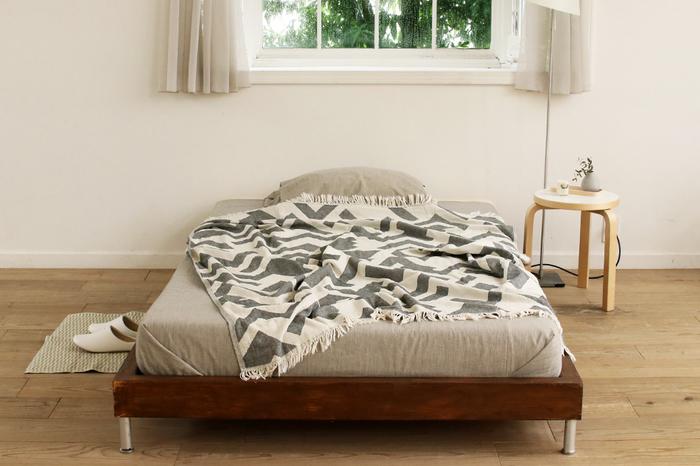 暖かい毛織りはまだ少し早いかも…という時期におすすめなのが、綿素材のブランケットです。ベッドのカバーリングだけでなく寝る前や起き抜けのひざ掛けや肩掛けにも使えて便利です。