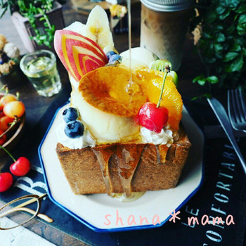 角食パンのフレンチトーストをお皿にした贅沢なプリンアラモード。はちみつがしみこんだトーストと、プリンやクリームとの食感のコラボもまた美味しい。がんばった日のご褒美に♪
