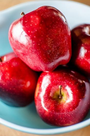 りんごの中には皮がピカピカしているものがありますが、これは鮮度を保つためにりんごから出てくるものです。人工的なワックスだと勘違いされている方がいますが、ご安心を。 また、ピカピカではなく触るとベタベタしているりんごがありますが、これは「油あがり」と言われる現象で、熟すほどに増すため、美味しさのサイン。ベタベタしているりんごを選びましょう。
