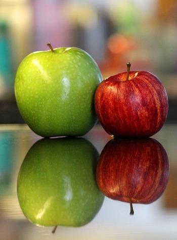 全体的に赤く、色つやのあるリンゴは、甘くて味も濃いと言われています。また、香りが強く持った際に重みを感じるものを選ぶと美味しいりんごの可能性が高いそうです。