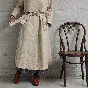 ウエストリボンをきゅっと結んでレディライクな雰囲気に。リボンの位置は前と後ろ、どちらでも結べるデザインです。パンツスタイルにもスカートスタイルにも合わせやすいシンプルなコートは、ワードローブに欠かせないアイテムです。