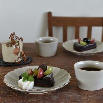 食材も美味しい秋は食べる機会も多いですね。そんな秋の食卓にはぽっこり厚みがある優しい器が大活躍。いつものチョコレートケーキには、旬のぶどうをトッピング。旬のフルーツを乗せるだけで季節感を演出できます。