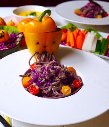 【紫キャベツとツナのパスタ】 紫キャベツを使ってパスタを怪しい紫色に仕上げています。さらに、パプリカをジャック・オー・ランタン風にくり抜いて、口から出すように盛り付ければ、とってもユニークな演出に!