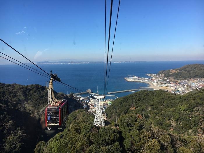 """JR浜金谷駅から歩いて8~10分ほどのところにある「鋸山(のこぎりやま)」は、""""関東の富士見百景""""に選ばれた絶景スポット。山麓駅からロープウェイに乗ると山と海を一望できます。"""