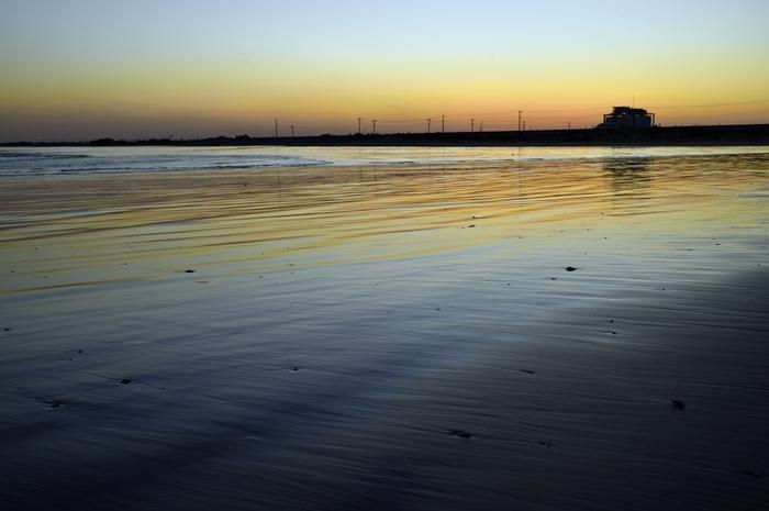 おだやかな波がゆったり行き来する夕暮れどきの様子を眺めていると、忙しい日々をふと忘れさせてくれそうです。