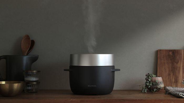 どんなに時間がなくても、毎日食べるゴハンの味だけは妥協はしたくない方もいるでしょう。でもおいしく炊き上がるよう、お米の吸水時間をたっぷりとっている時間はない、なんてお悩みもあるはずです。そんな時は電気炊飯器の「バルミューダ・ザ・ ゴハン」がおすすめです。  バルミューダの電気炊飯器は、ボタン1つでお米の吸水工程を自動で行ってくれるので、お米を洗ってすぐに炊飯OK!釜炊きのようなふっくらした美味しいご飯に仕上がります。