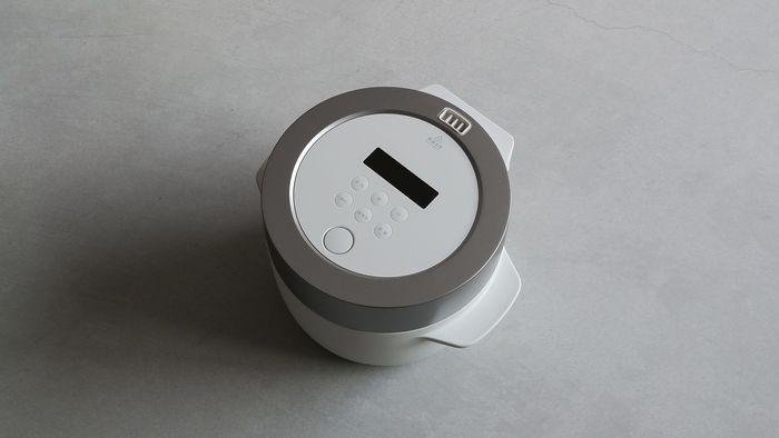 無駄を省いたスタイリッシュなデザインは、炊飯器だということを忘れてしまいそうです。色は「ホワイト」と「ブラック」の2色。主張し過ぎないデザインは、どんなお部屋にも合うはず!!