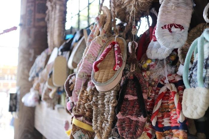 「仁王門」にはたくさんのわらじが奉納されています。これは、健脚の持ち主と伝えられていた金剛力士にあやかっているんだそう。