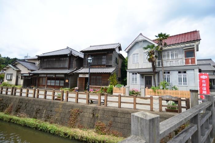 JR佐原駅から歩いて10分ほどのところにあるこのエリアには、江戸時代末期から昭和時代前期に建てられた木造の町家や蔵造りの店舗など、文化財に指定された建物が今も残っています。