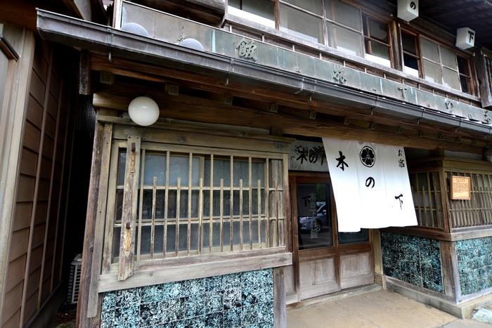 今も営業している旅館。格子窓や看板に歴史を感じますね。川沿いに並ぶ建物を眺めながらのんびり歩くと、江戸にタイムスリップしたような気分に浸れます。