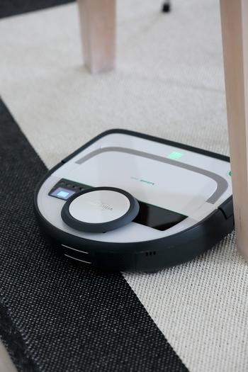 家事の中でも面倒に感じることが多い床掃除。そんな床掃除は全部、自動掃除機にお願いしちゃいましょう。  「コーボルトのロボット掃除機」はタイマー機能がついているので、お仕事中の不在時にお掃除を済ませることができます。また、レーザーナビゲーションシステムが搭載されているので、お部屋の約98%の障害物を感知して、家具を傷つけることなく効率よく掃除してくれます。スッキリとしたボディですが、ホコリや動物の毛などもしっかり吸い取ってくれるパワフルさも兼ね揃えています!