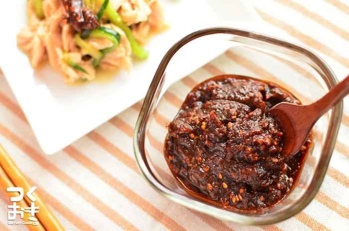 四川料理といえば、花椒。あの独特な香りと辛みが好きな人にはたまらないものです。花椒と唐辛子の辛みがポイントの麻辣醤を入れた甘辛ダレは、濃厚な味噌の旨味と鼻に抜ける香りが特徴的。冷蔵庫に常備しておけば、野菜スティックや豆腐、肉など、ちょっとしたつけダレにも使えて便利ですよ。