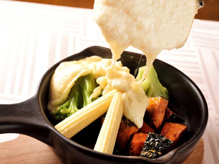 スタイリッシュな空間で、チーズ料理をオシャレに満喫出来ます。濃厚なとろ~りラクレットチーズが絶品で人気です。